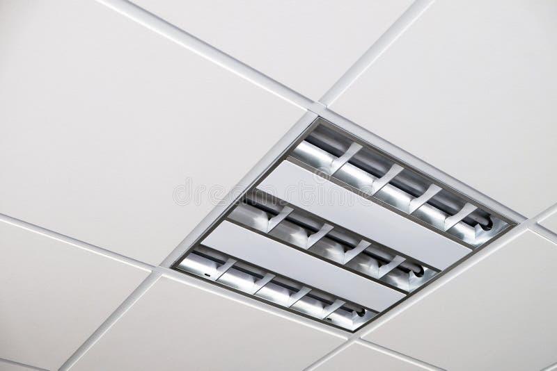 在白色天花板安装的Fuorescent灯 免版税图库摄影