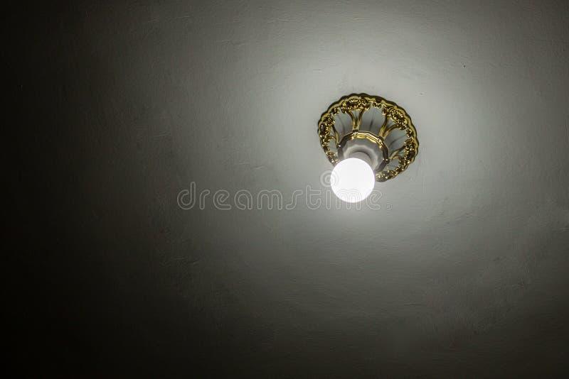 在白色天花板的电灯泡,运作 库存图片