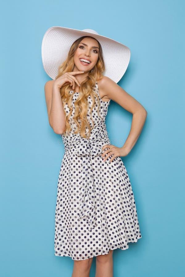 在白色太阳帽子的微笑的时装模特儿 免版税库存照片
