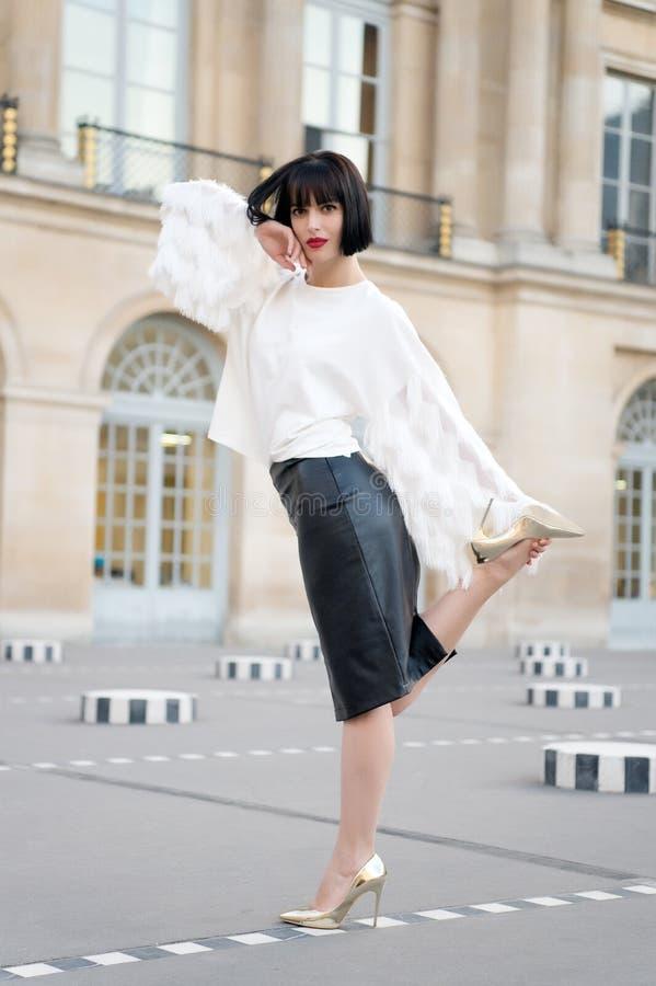在白色女衬衫和皮革裙子的时装模特儿 库存图片