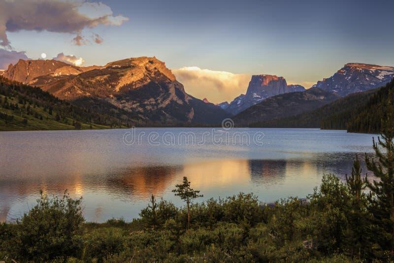 在白色岩石和正方形顶面山的日落颜色在Green River湖上 免版税库存图片