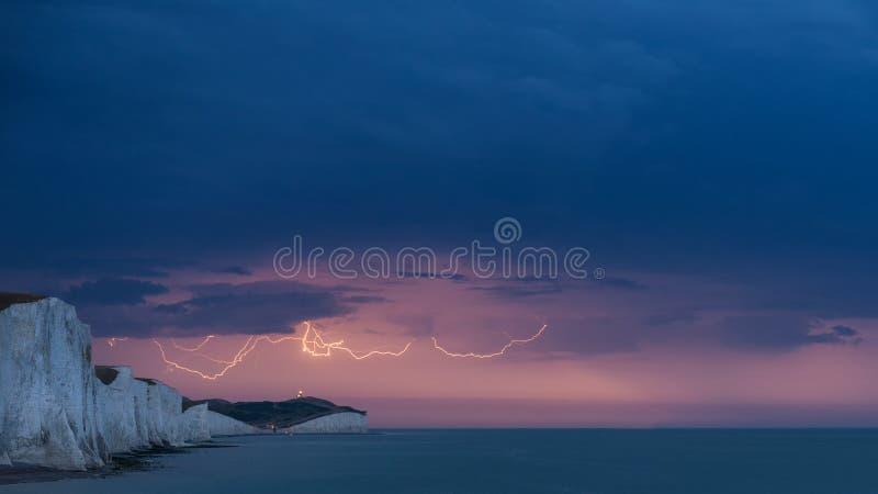在白色峭壁的惊人的喜怒无常的电子闪电风暴登陆 免版税图库摄影