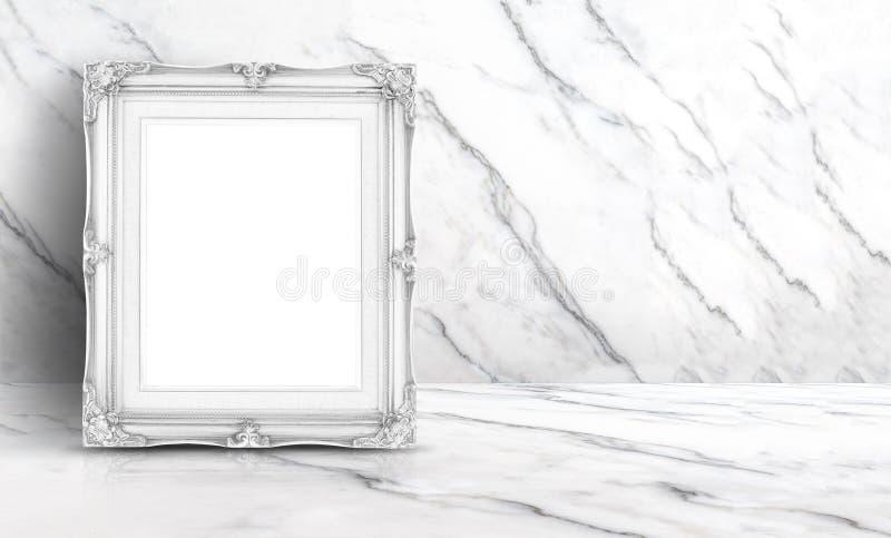 在白色干净的大理石墙壁和地板b的空白的白色葡萄酒框架 免版税库存图片