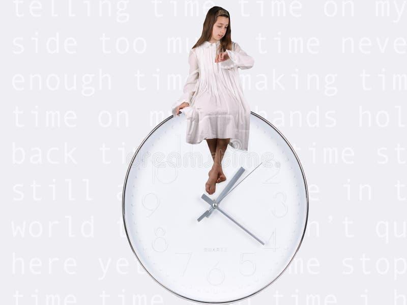在白色开会打扮的女孩在告诉白色&银色的时钟顶部在手表的时间 库存图片