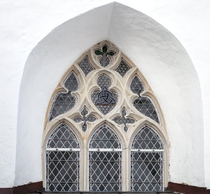 Download 在白色教会墙壁上的哥特式窗口在塔林 库存图片. 图片 包括有 房子, 中世纪, 历史, 宽容, 拱道, 形成弧光的 - 30338027