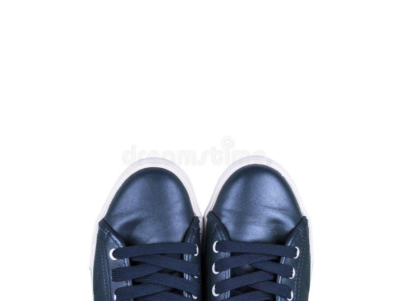 在白色文本拷贝空间的背景空的空间隔绝的蓝色运动鞋顶上的看法  鞋子 体育鞋子 顶视图 免版税库存图片