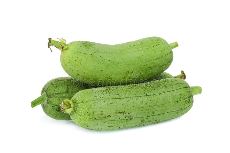 在白色新鲜的绿色丝瓜或luffa隔绝的堆 免版税图库摄影