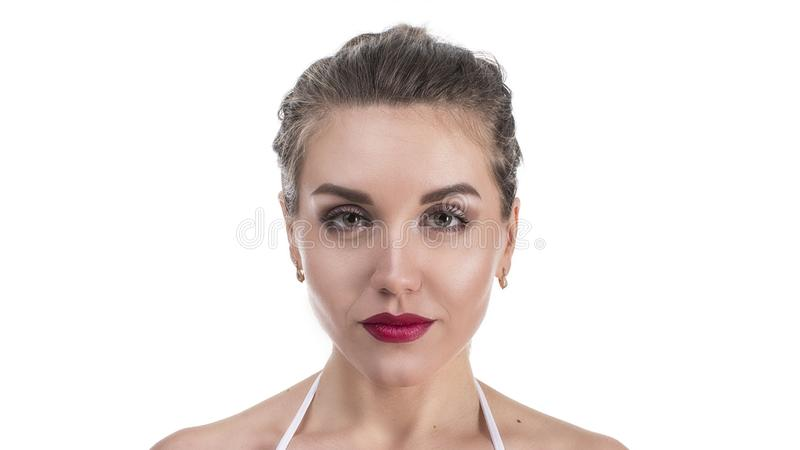 在白色有干净的新皮肤关闭的隔绝的少妇的美丽的面孔 秀丽查出的纵向白色 美丽的温泉妇女 库存照片