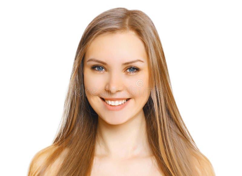 在白色有逗人喜爱的微笑的画象特写镜头美丽的年轻微笑的妇女隔绝的 免版税库存图片