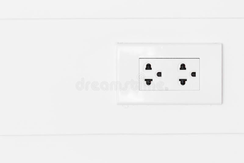 在白色木墙壁上的白色插座 免版税库存图片