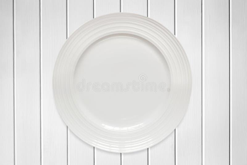 在白色木材的空的圆的板材 图库摄影