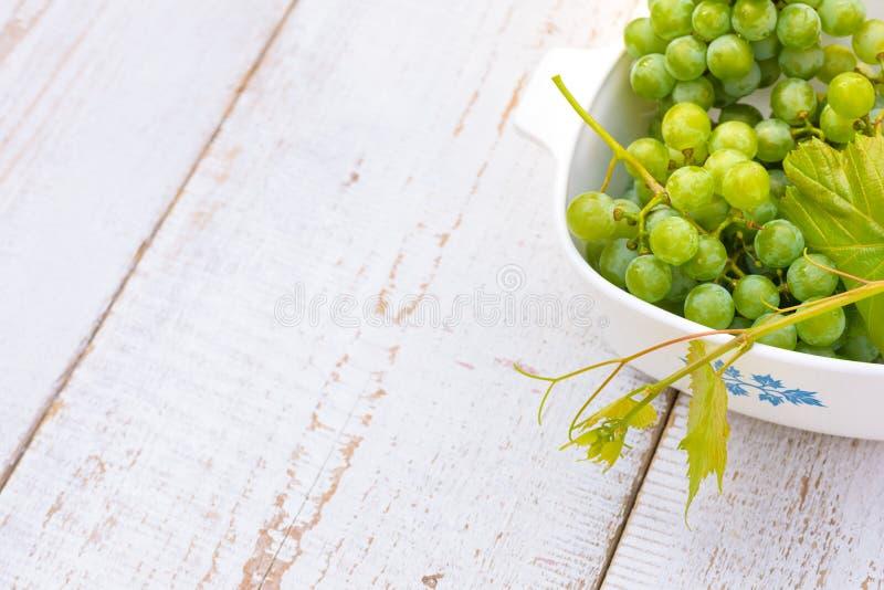 在白色木桌上的葡萄 免版税图库摄影