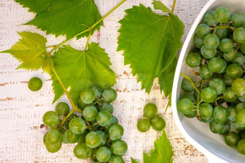 在白色木桌上的葡萄 免版税库存照片