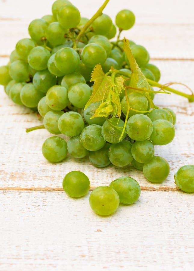 在白色木桌上的葡萄 免版税库存图片