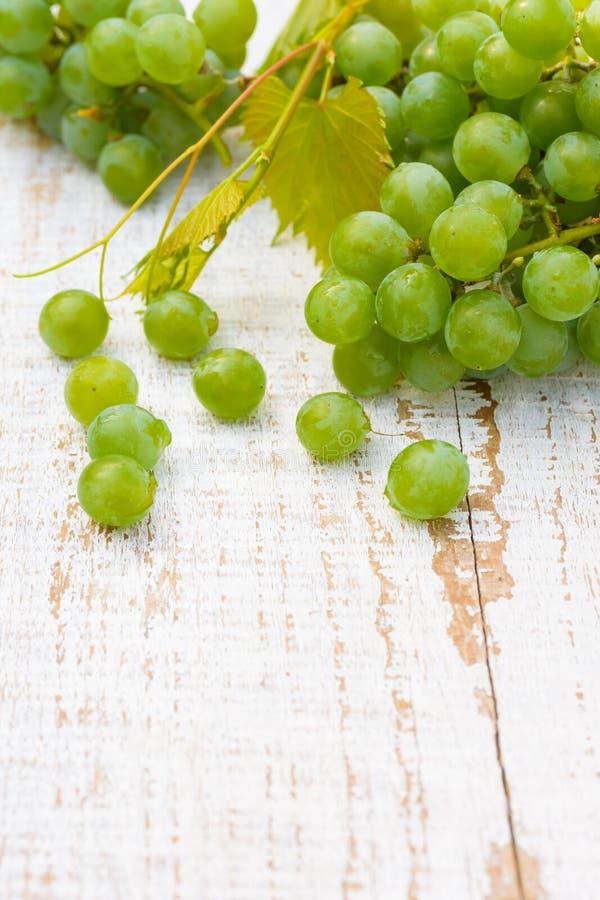 在白色木桌上的葡萄 库存图片