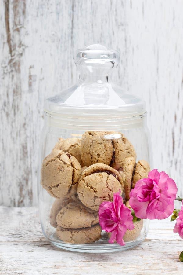 在白色木桌上的巴黎人蛋白杏仁饼干 图库摄影