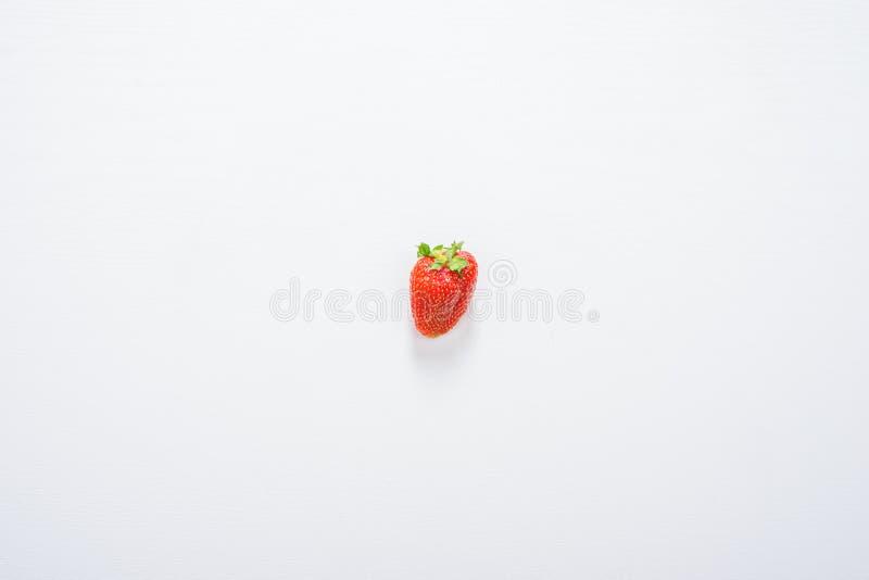 在白色木桌背景的一草莓果子 免版税库存照片