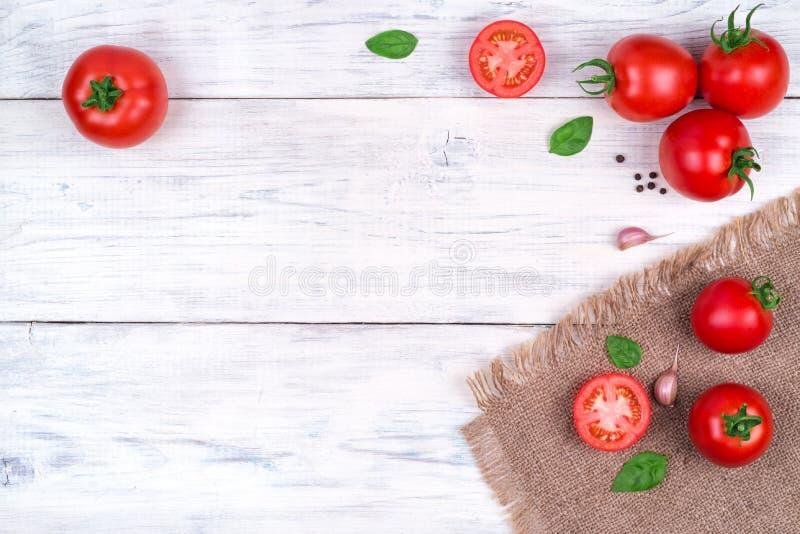 在白色木桌,面团成份顶视图上的蕃茄 库存图片