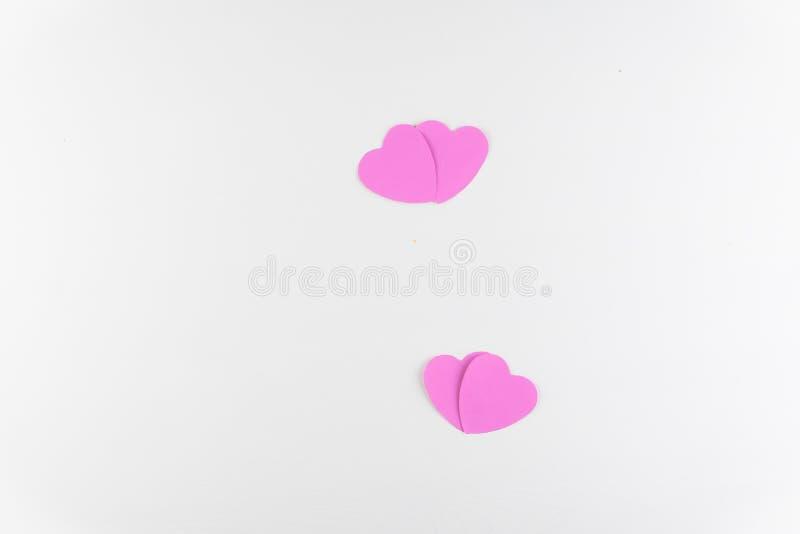 在白色木纹理背景隔绝的手工制造桃红色爱心脏,情人节快乐 免版税图库摄影
