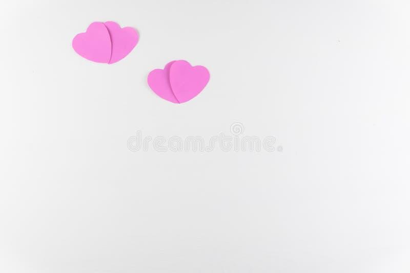 在白色木纹理背景隔绝的手工制造桃红色爱心脏,情人节快乐 库存图片