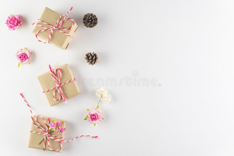 在白色木纹理背景隔绝的礼物盒,情人节快乐 免版税库存照片