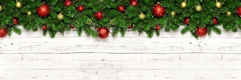 在白色木背景杉树分支和新年玩具球或者中看不中用的物品的圣诞节横幅 Xmas电视节目预告的假日装饰 免版税库存照片