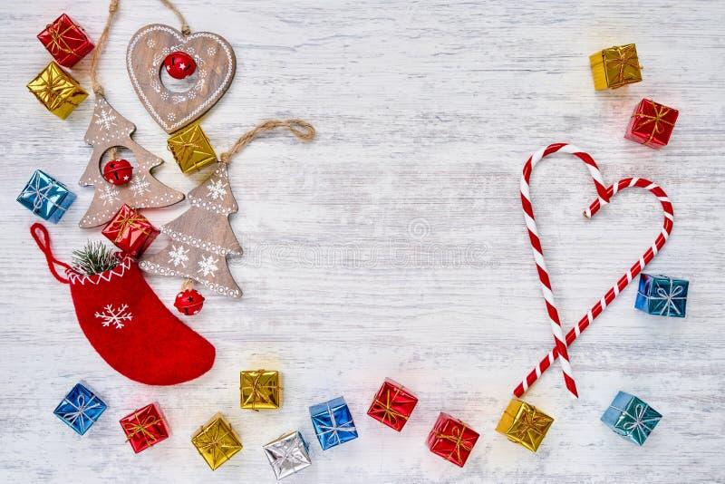 在白色木背景的圣诞节装饰品 复制空间,顶视图 库存图片