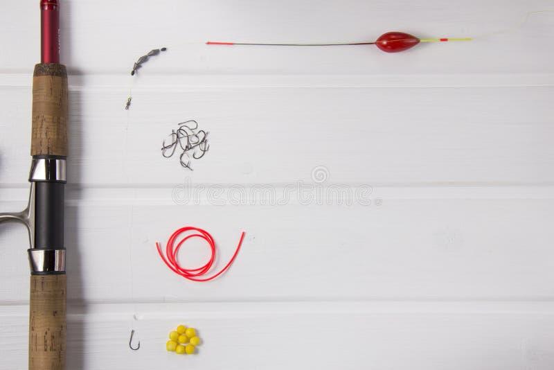 在白色木背景的捕鱼装置 免版税库存照片