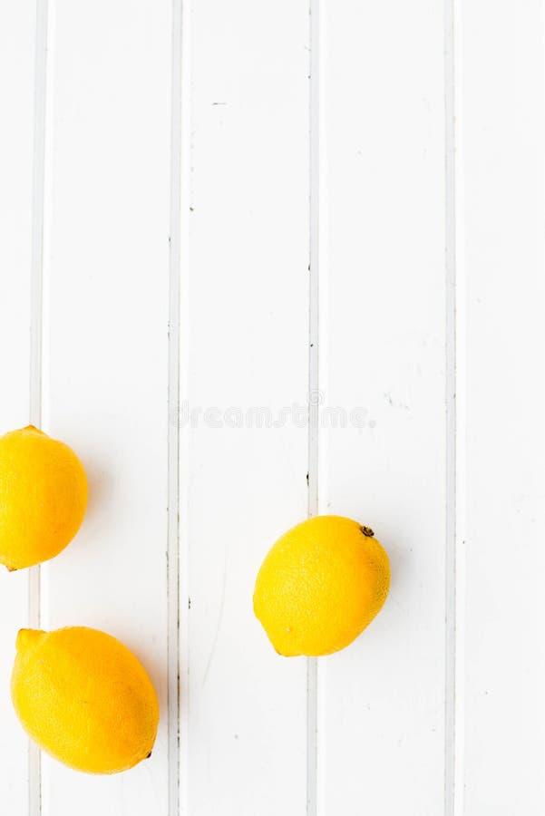 在白色木背景的柠檬 图库摄影