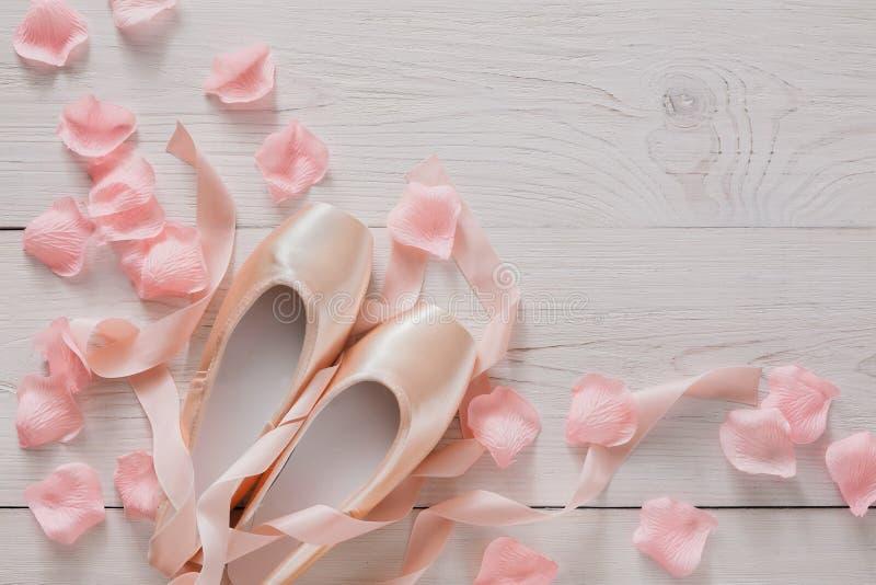 在白色木背景的桃红色芭蕾pointe鞋子 库存照片