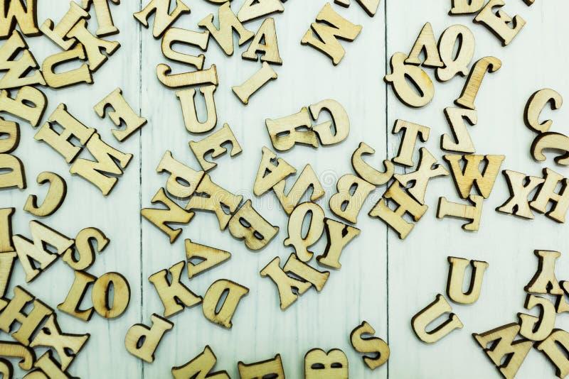 在白色木背景的溢出的木信件 免版税库存照片