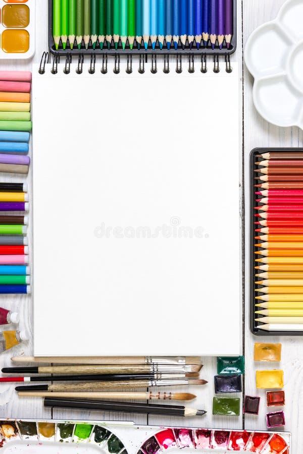 在白色木背景的艺术家工作区 免版税库存照片