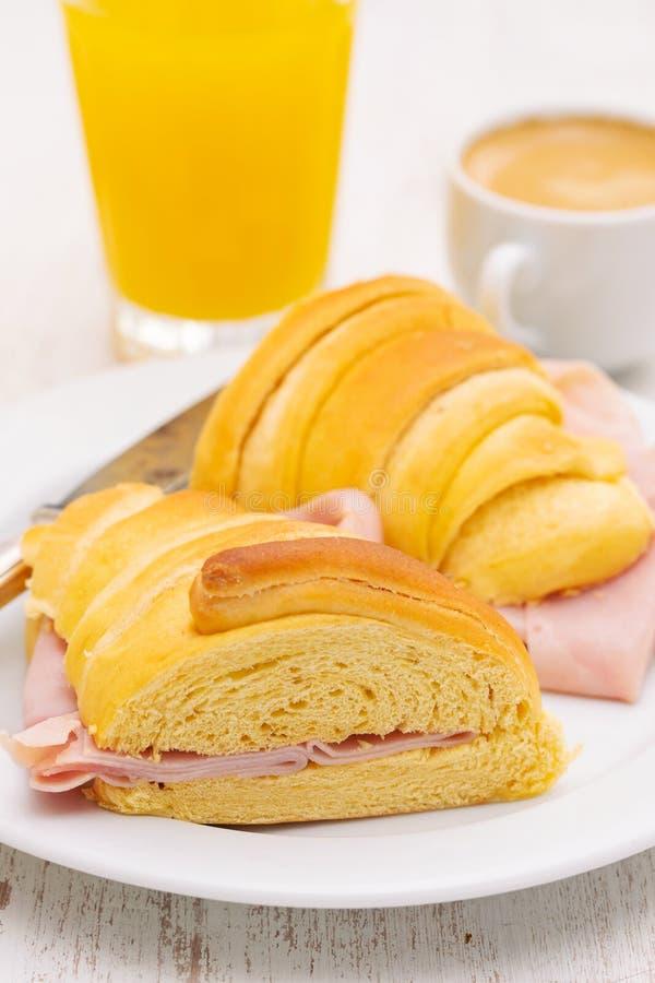 在白色木背景的葡萄牙早餐 图库摄影