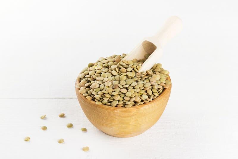 在白色木背景的绿色扁豆 库存图片