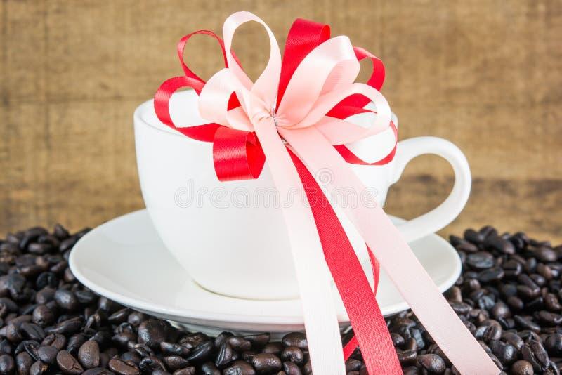 在白色杯子的咖啡豆 库存图片