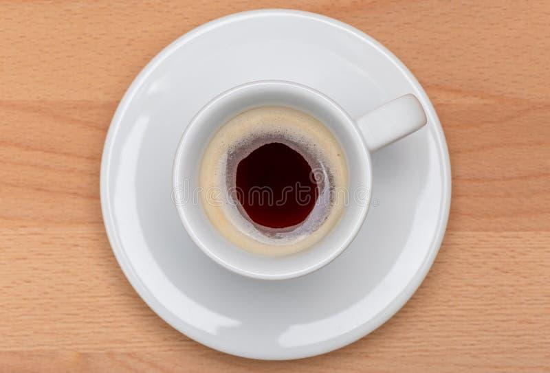 在白色杯子的热的无奶咖啡有木板的在背景, m中 库存图片