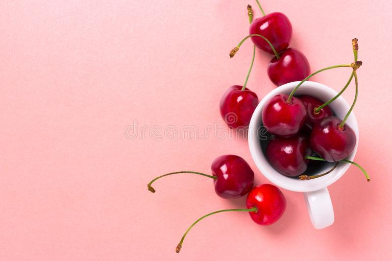 在白色杯子的甜樱桃 免版税库存照片