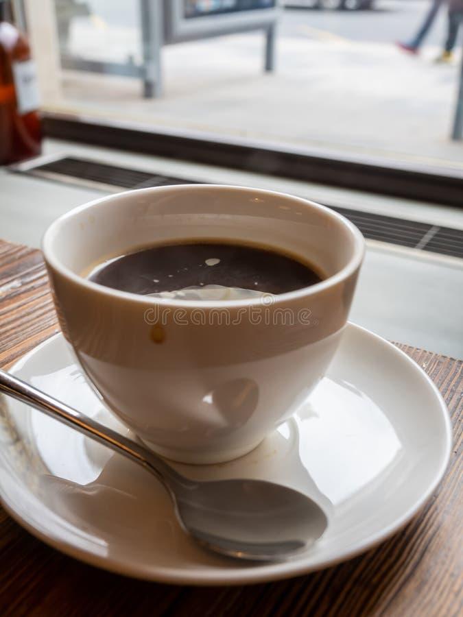 在白色杯子的阿梅里卡诺咖啡 图库摄影