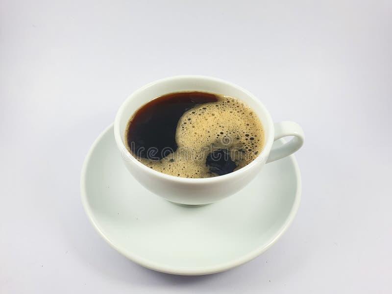 在白色杯子,在老木纹理背景的咖啡豆的无奶咖啡 免版税库存照片