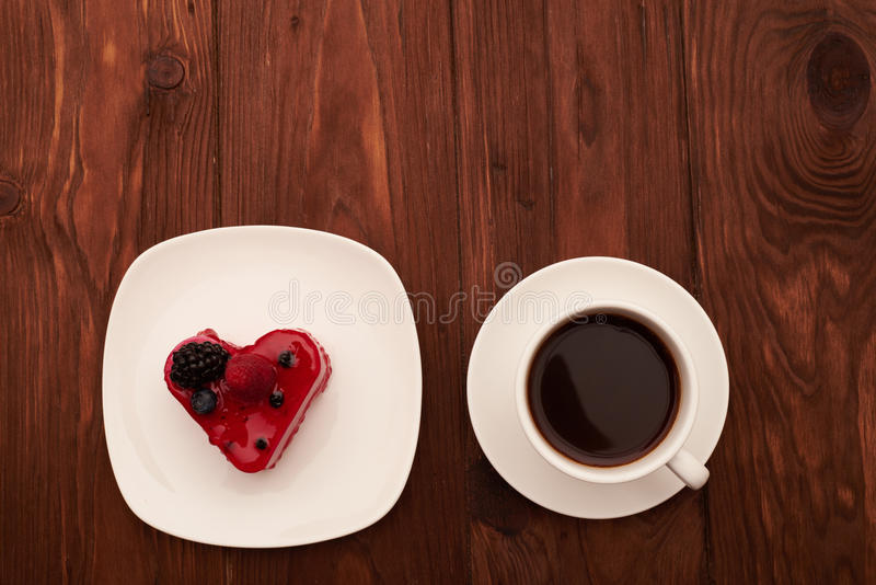 在白色板材和咖啡的红色蛋糕 库存照片