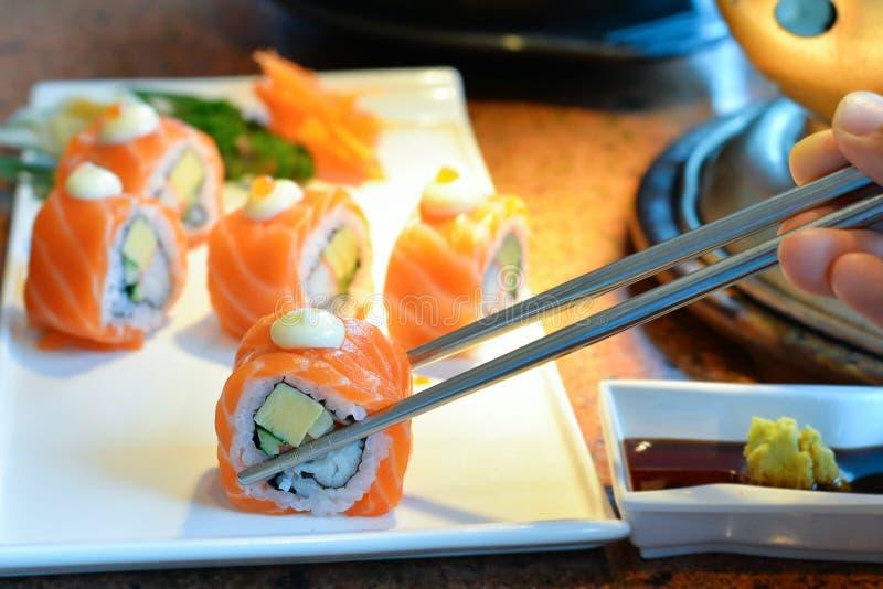 在白色板材服务的可口寿司卷 免版税图库摄影
