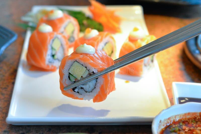 在白色板材服务的可口寿司卷 免版税库存图片