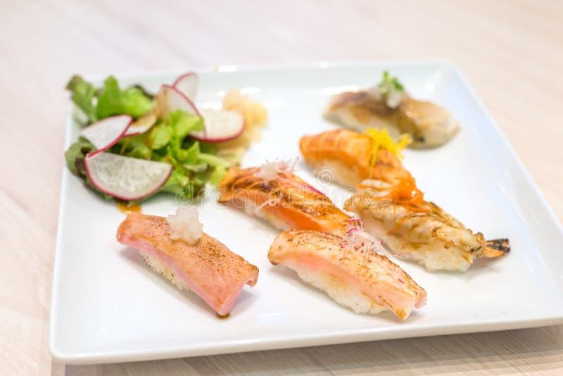 在白色板材烤的混合寿司;日本食物 免版税图库摄影