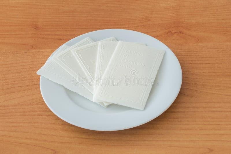在白色板材的传统圣诞节薄酥饼 免版税库存照片