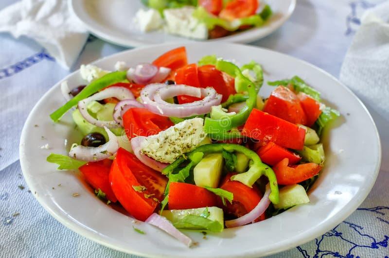 在白色板材的传统土气希腊沙拉 免版税库存图片
