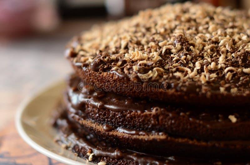 在白色板材的新鲜的巧克力蛋糕从边 免版税图库摄影