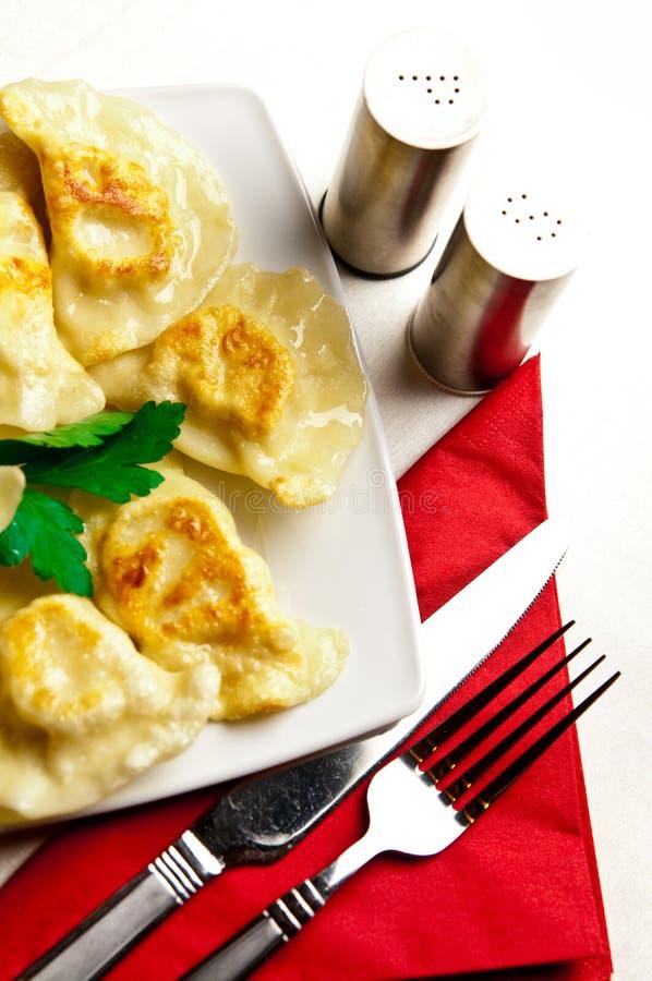 在白色板材的波兰饺子 免版税库存图片