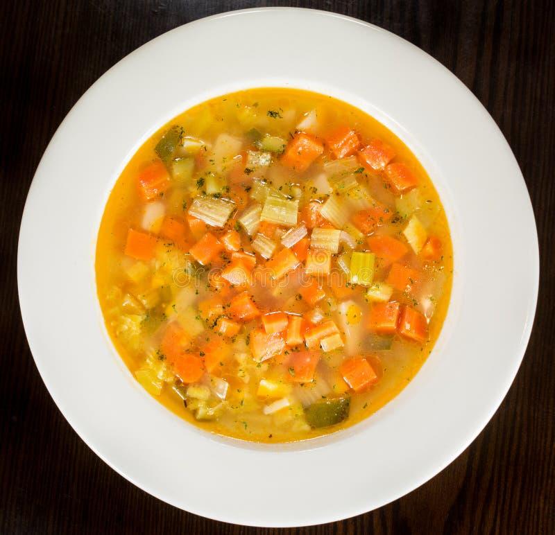 在白色板材的蔬菜通心粉汤蔬菜汤 库存图片