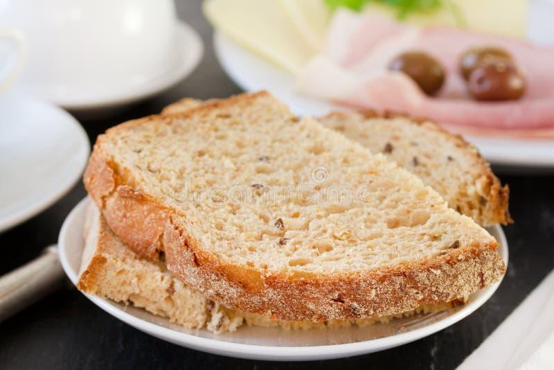 在白色板材的面包 图库摄影