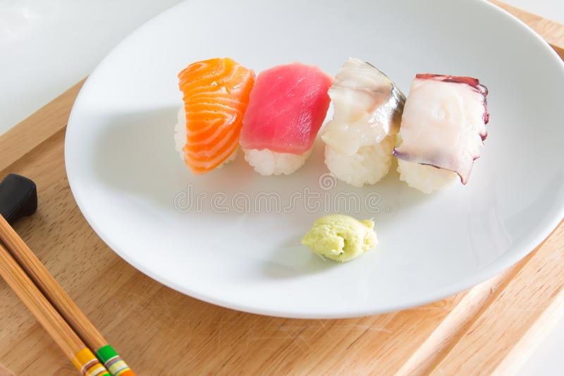 在白色板材设置的寿司 库存照片